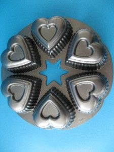 WILTON NON STICK 6 HEART CUPCAKE MUFFIN PAN HEAVY CAST ALUMINUM